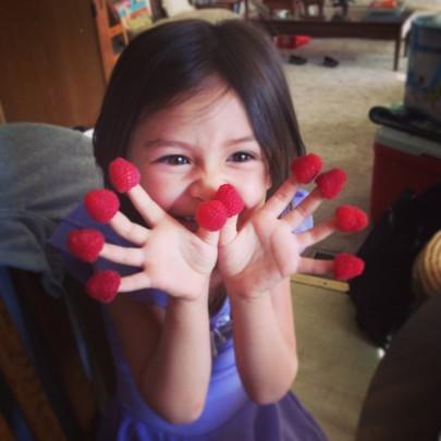 """Внучката на д-р Стийв Савидж, която се забавлява с """"конвенционални"""" малини."""